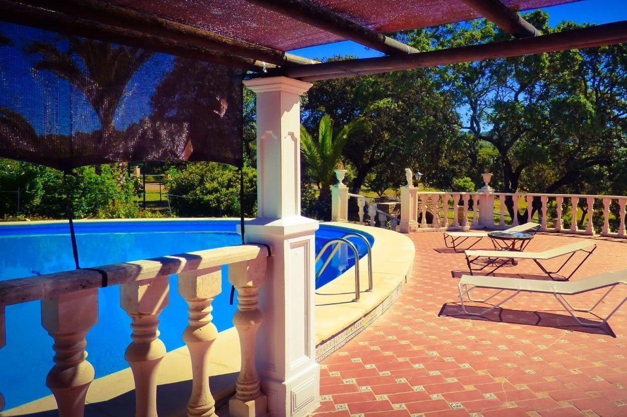 Vistas de piscina en Casa Rural el Lago