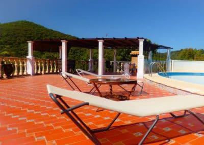 terraza-con-piscina-casa-lago