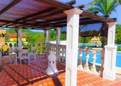 terraza-con-piscina-casa-rural-el-lago