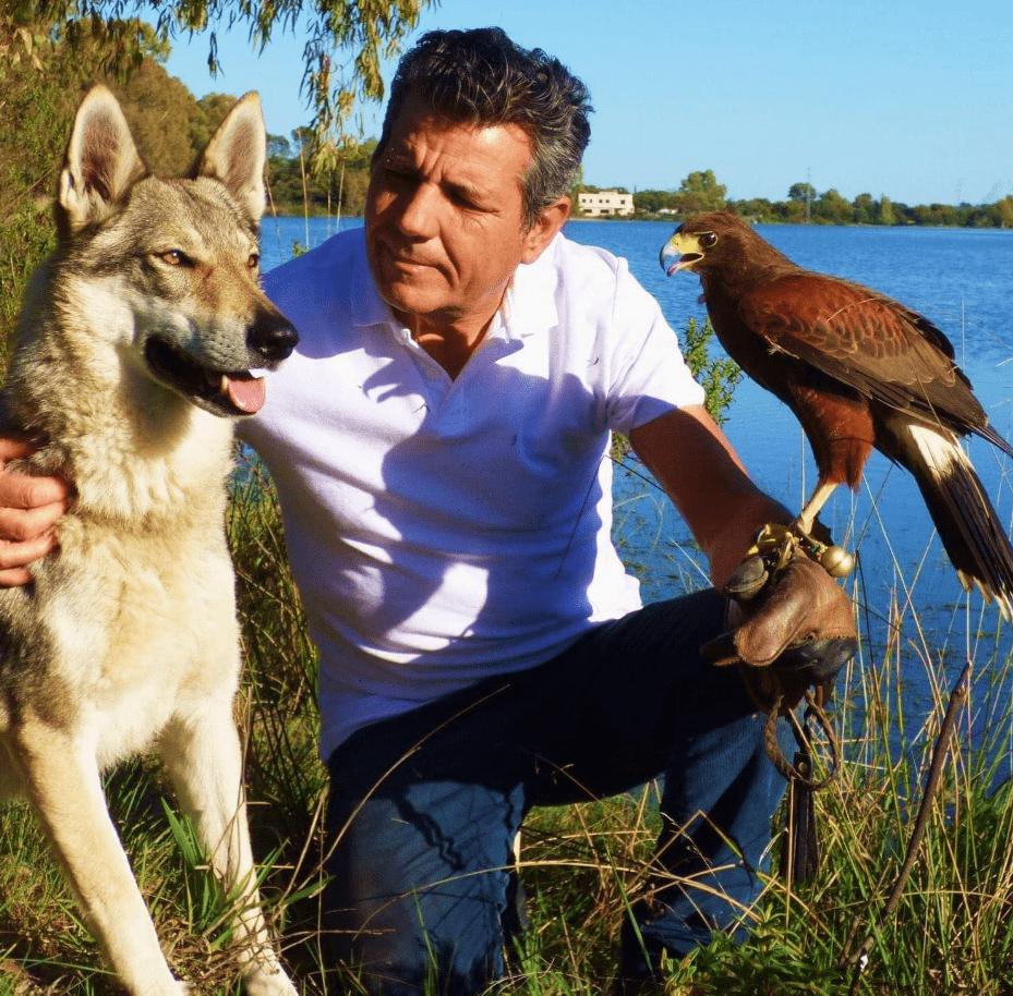 José con loba y águila en Casas Rurales el Lago